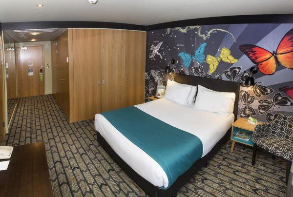 Une chambre dans l'hôtel de Holiday Inn Salisbury Stonehenge