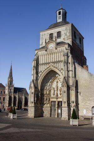 L'abbatiale Saint-Saulve sur la place Gambetta de Montreuil-sur-Mer