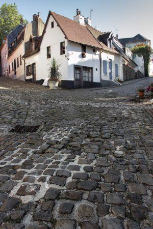 La cavée Saint-Firmin à Montreuil sur Mer : rue pavée et en forte pente