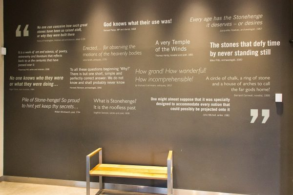L'intérieur du musée de Stonehenge et son mur de citations