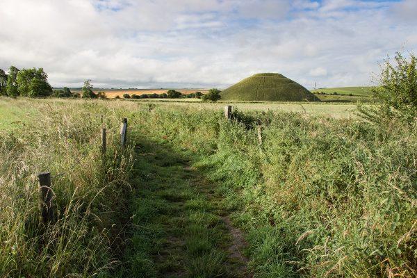 Il est possible d'accéder à pieds au Silbury Hill et le West Kennet Long Barrow depuis le parking d'Avebury