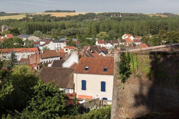La vue sur la ville basse de Montreuil sur Mer depuis les remparts. Et la Chartreuse de Neuville au fond