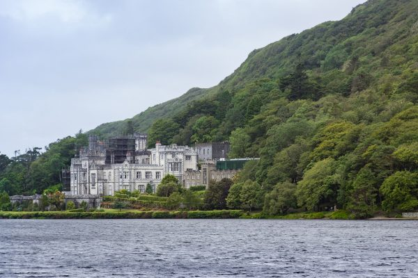 L'abbaye de Kylemore dans le Connemara, au bord du lac Pollacapall