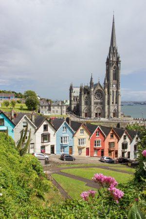 La vue sur la cathédrale de Cobh avec les maisons colorées de la ville en premier plan