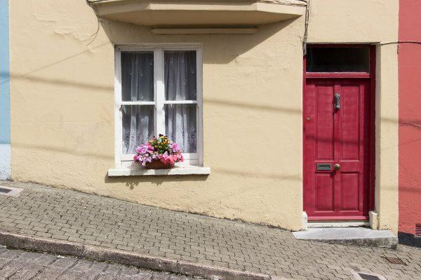 Les façades colorées de Cobh dans une rue très pentue