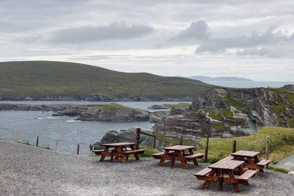 Les tables de pique-nique aux falaises de Kerry