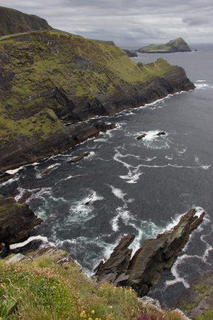 La vue sur Puffin Island depuis le haut des falaises de Kerry