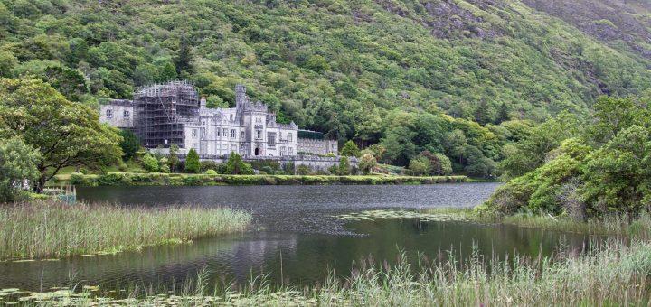L'abbaye de Kylemore au bord du lac de Pollacapall