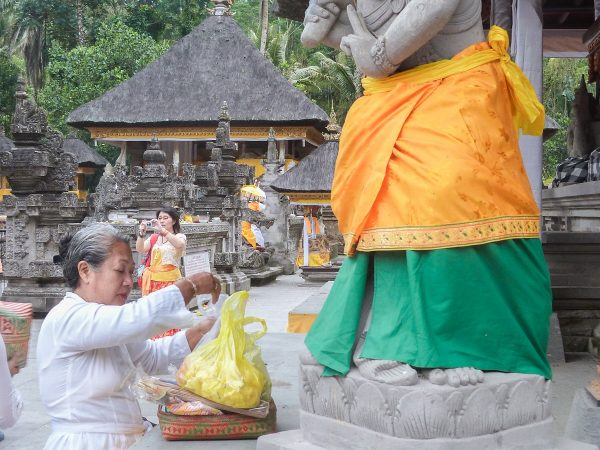 Le port du sarong est obligatoire dans les temples à Bali