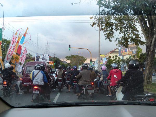 Des scooters sur la route à Bali