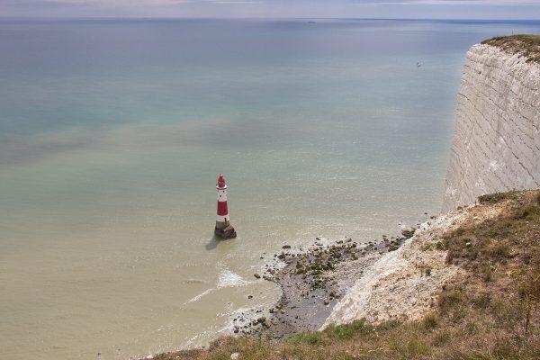 Le Beachy Head dans le sud de l'Angleterre : immense falaise de craie et son phare en contre-bas