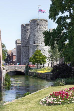 La westgate ou porte de l'ouest de Canterbury, vue depuis les Westgate Gardens