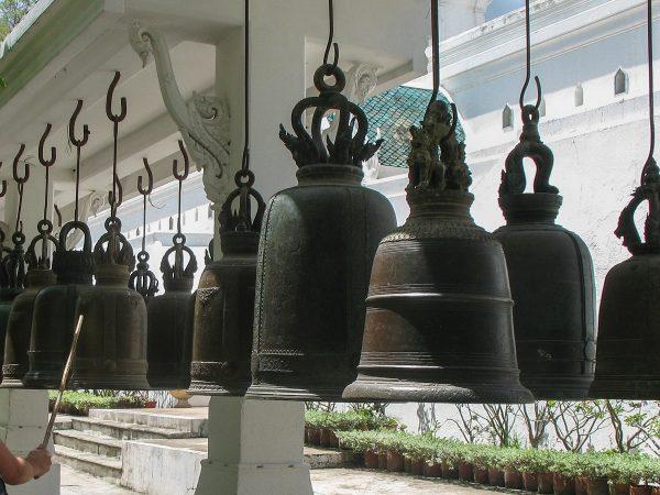 Les cloches du temple de l'empreinte de Bouddha, dans la province de Saraburi