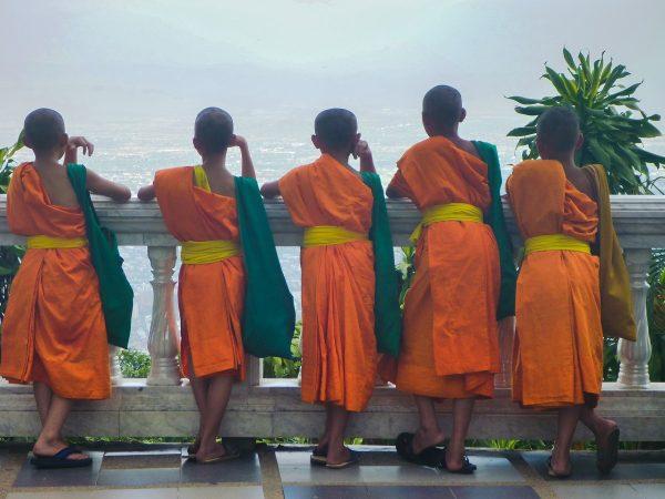 """Des """"novices"""" qui contemplent la vue sur Chiang Mai depuis Doi Suthep"""