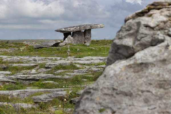 Le dolmen de Poulnabrone au cœur de la région du Burren