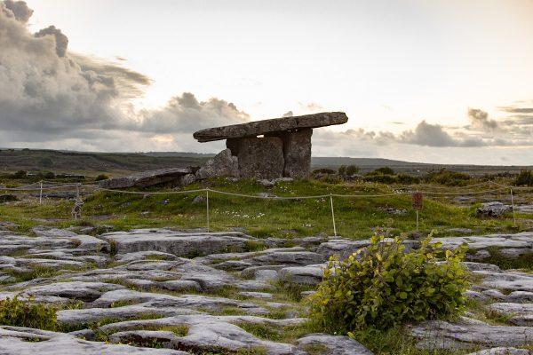 Le dolmen de Poulnabrone au coucher du soleil
