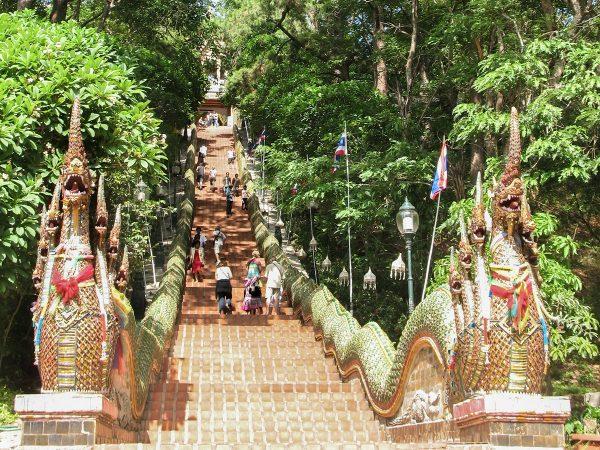 L'escalier qui mène au temple de Doi Suthep