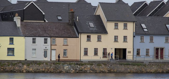 Les maisons colorées le long du Corrib à Galway