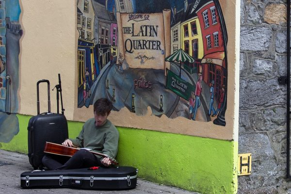 Un musicien dans les rues de Galway