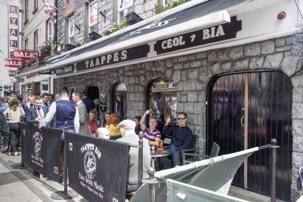 Un pub sur la Quay Street de Galway