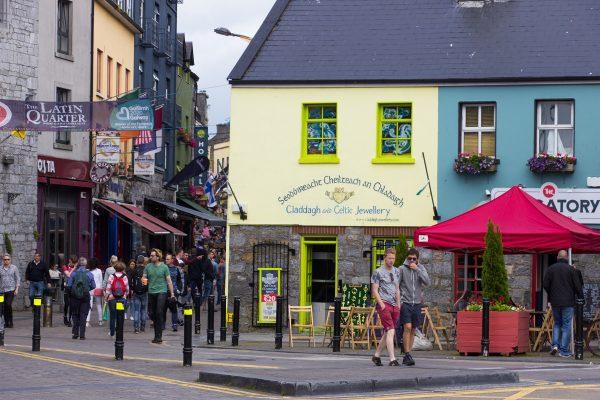 Le bas de la Quay Street, rue animée de Galway