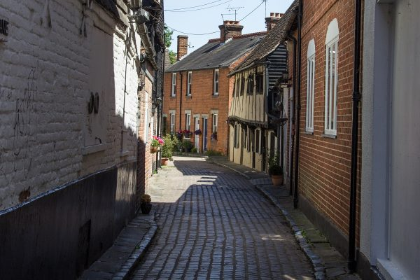 Une ruelle adjacente de la High Street de Canterbury