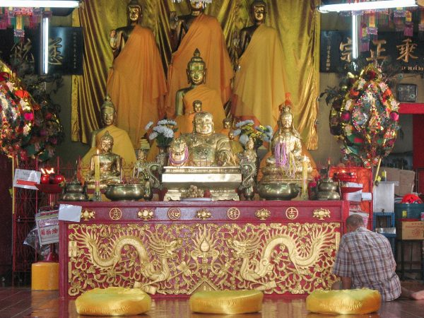 Dans le temple de l'empreinte de Bouddha en Thaïlande