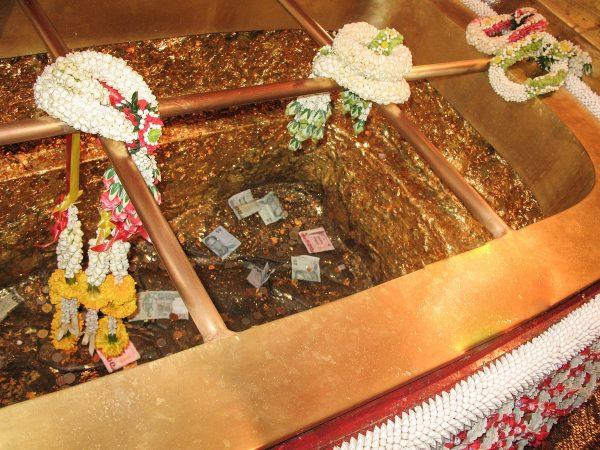L'empreinte de Bouddha dans son caisson doré