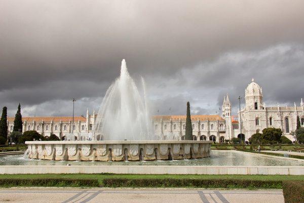 Le monastèredos Jerónimos de Lisbonne vu depuis les jardins
