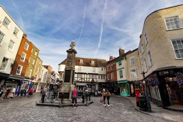 Une place dans le centre-ville de Canterbury