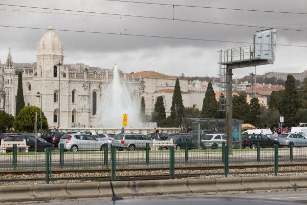 Le quartier de Bélem de Lisbonne traversé par la route et la voie ferrée