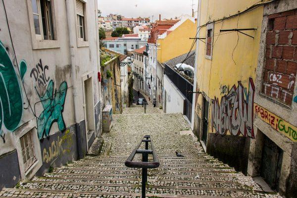 Une rue pavée et en pente dans le centre de Lisbonne