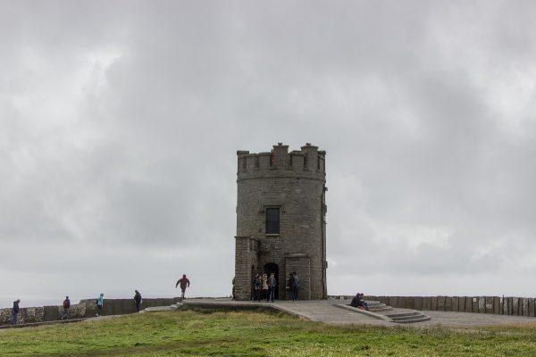 La tour O'Brien, au sommet de la plus haute falaise des falaises de Moher