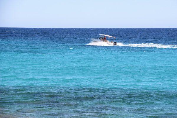 La mer bleue turquoise au cap de Ses Salines à Majorque