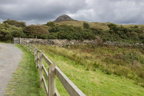 Sur le chemin de randonnée du parc national du Connemara en Irlande