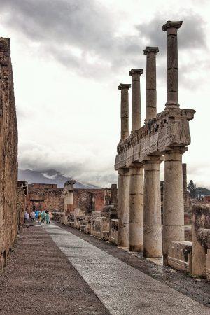 Des colonnes sur le forum de Pompei