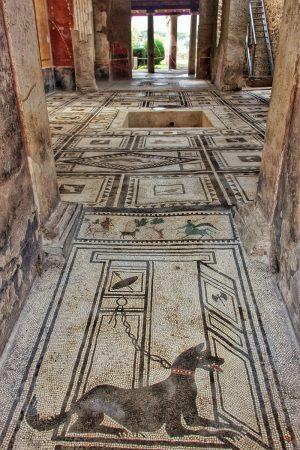 L'intérieur d'une maison à Pompei avec ses mosaïques bien conservées