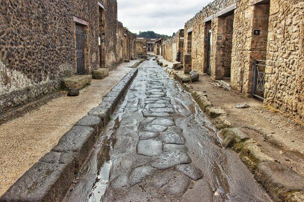 Dans les ruelles pavées de Pompei