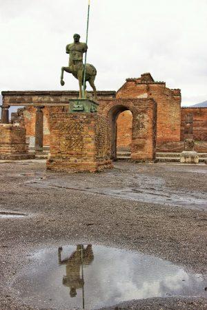 Une statue sur le forum de Pompei