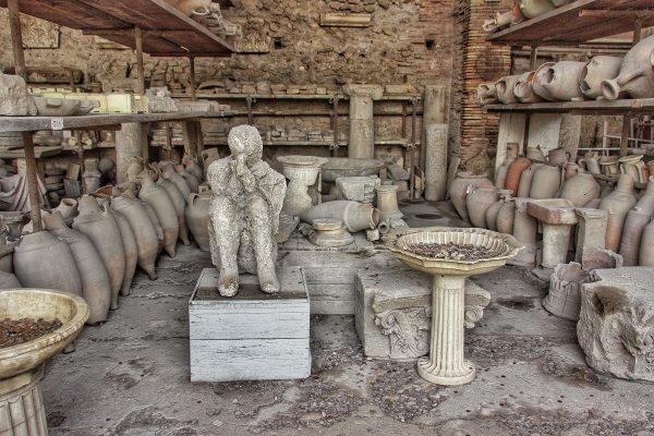 Une statue de corps pétrifié à Pompei