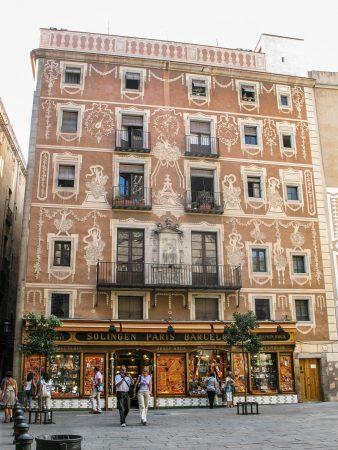 Un bâtiment coloré dans les rues de Barcelone