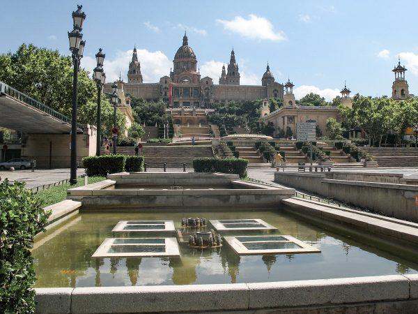 Le musée d'art national de catalan de Barcelone vue depuis l'avenue Maria Cristina
