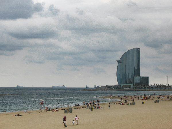 La plage de Barcelone et l'hôtel W en bord de mer