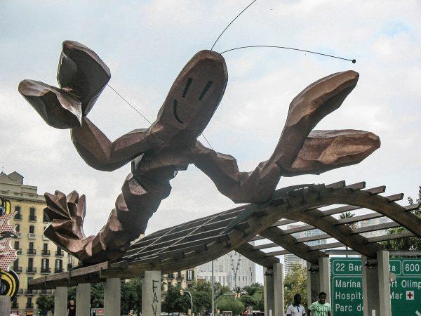 Cette grande statue de homard près du port de Barcelone