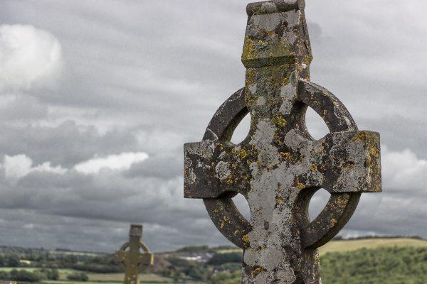 Une croix de Saint-Patrick au Rock of Cashel en Irllande