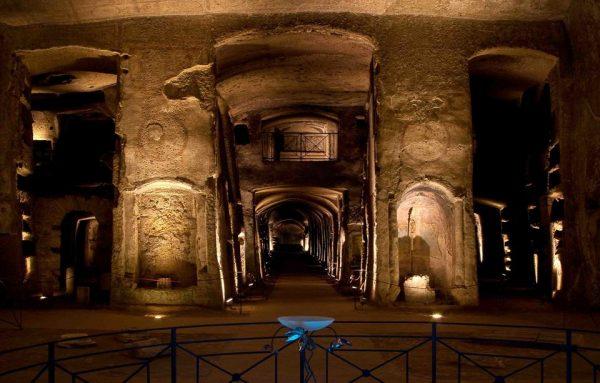 L'intérieur des catacombes à Naples