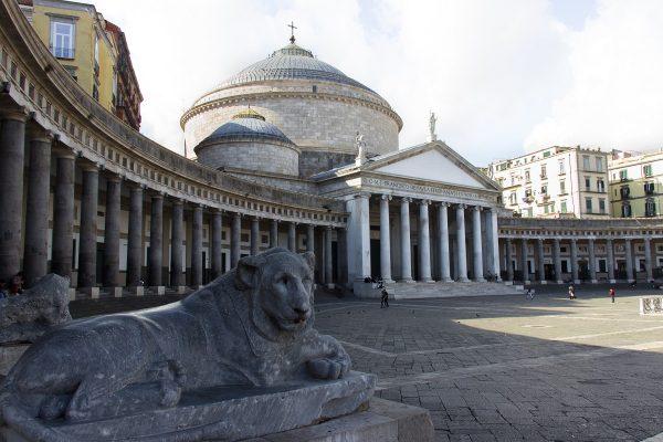 La basilique Francesco San Paola de Naples sur la piazza del Plebiscito