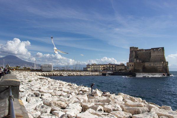 Le château dell'Ovo au bord de la baie de Naples