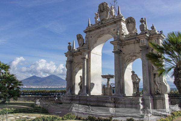 La fontana del Gigante sur le bord de mer de Naples, avec le Vésuve au fond