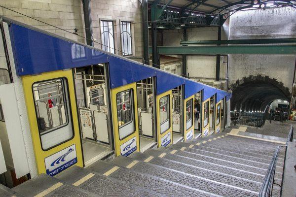 Un exemple de funiculaire : transport permettant d'atteindre les hauteurs de Naples